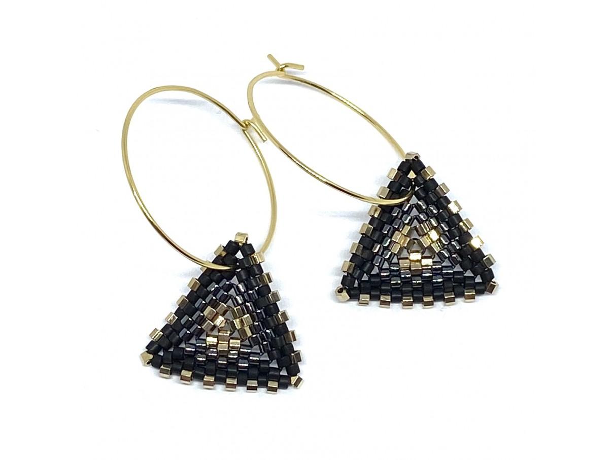Håndsyede øreringe af miyuki delica perler, sort og guld