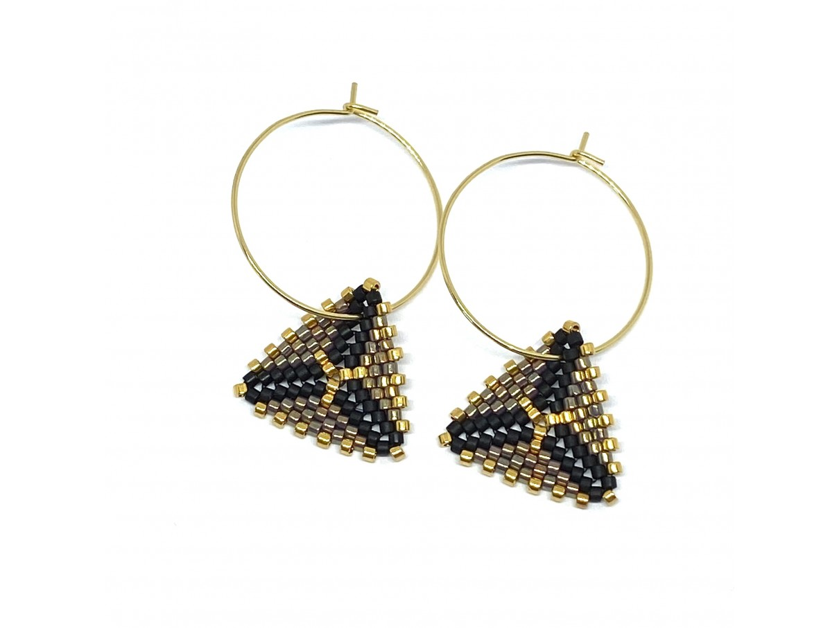 Håndsyede øreringe i Miyuki Delica perler i sort, guld og metallisk lilla
