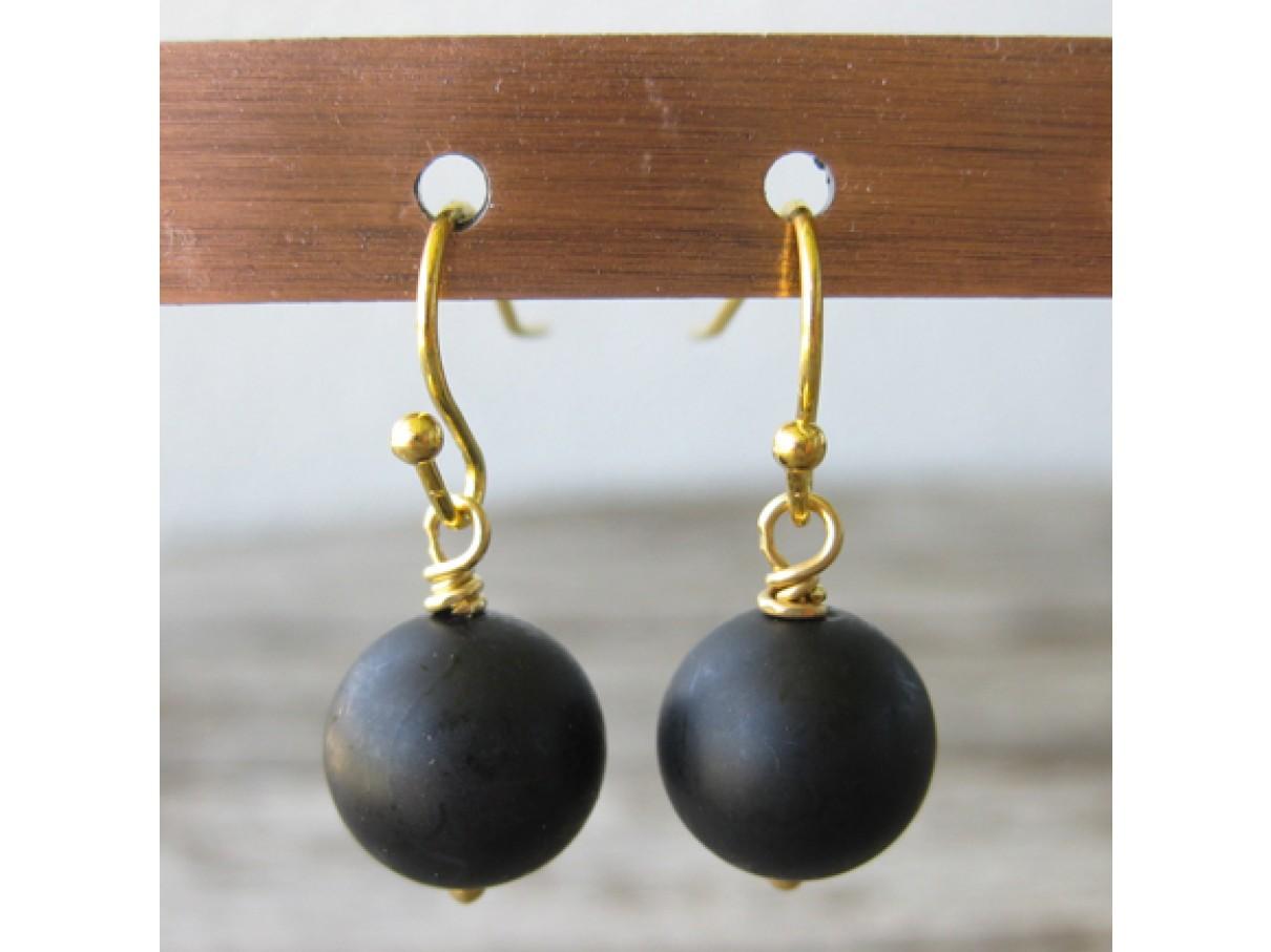 Øreringe frostet sort crystal pearl, guld