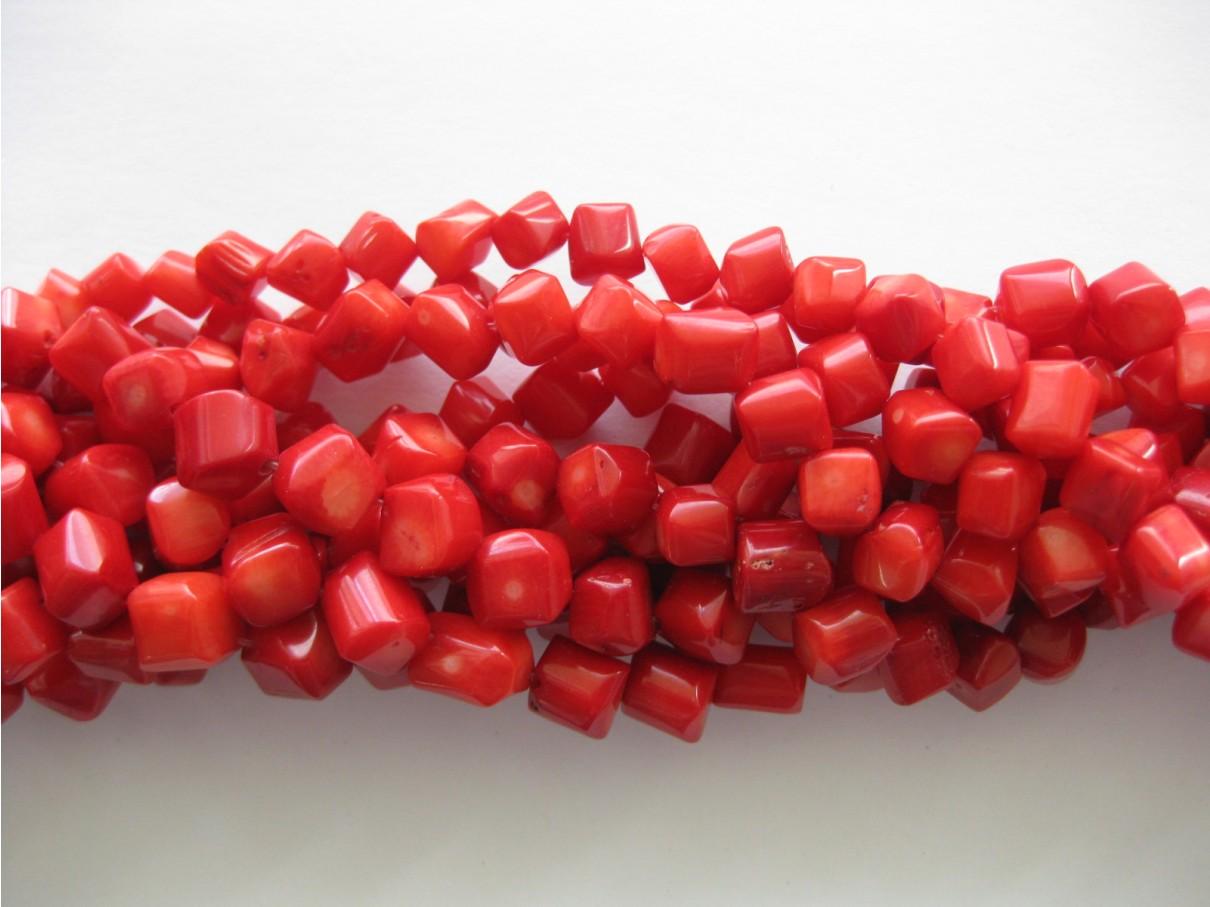 Rød koral, hjørneborede terninger 8mm, hel streng