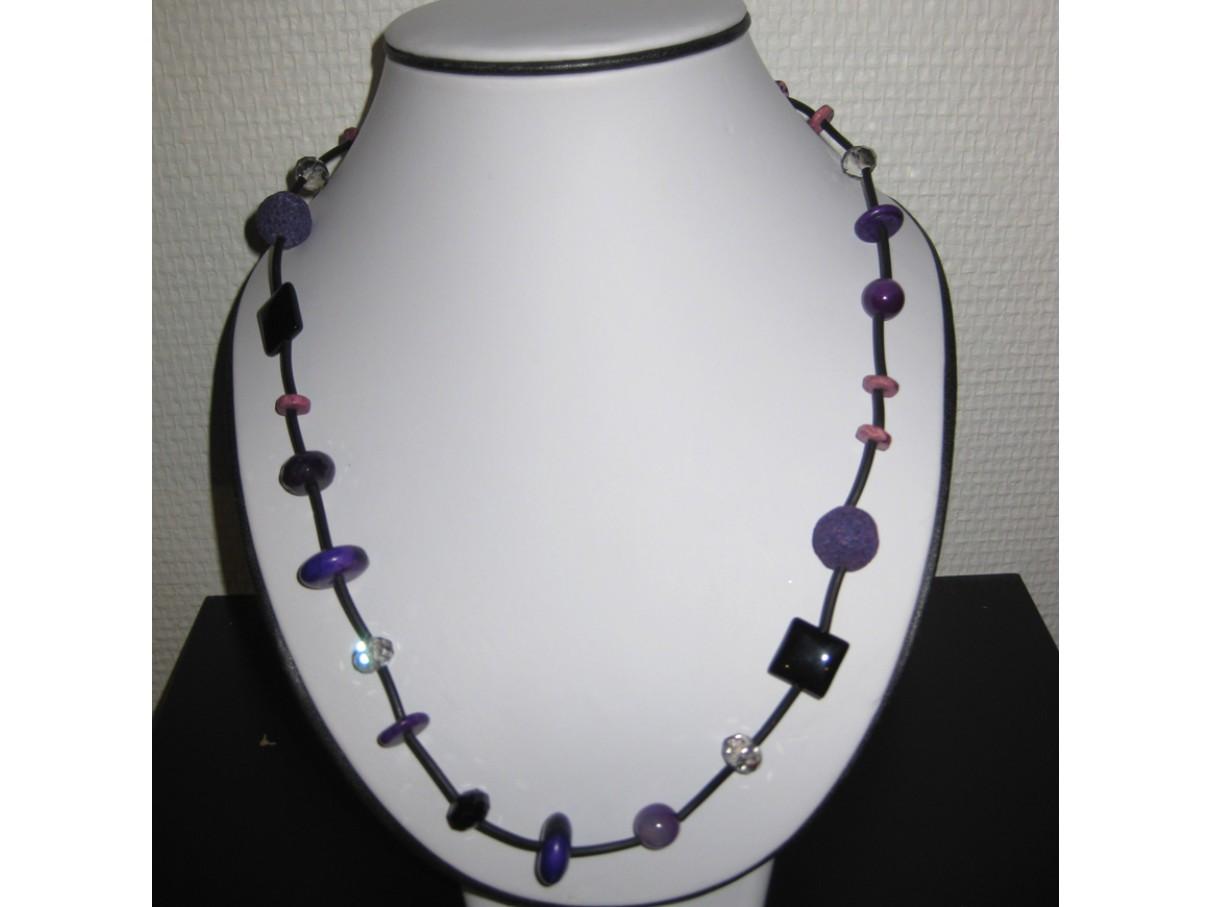 Halskæde, forskellige lilla perler og sort gummi