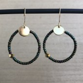 guld hoops øreringe med grønne perler