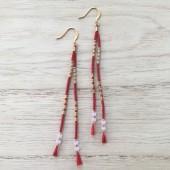lange øreringe med små perler på silkesnor