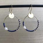 øreringe med blå perler på hoops