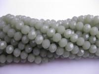 facetslebne glasperler i støvet grøn